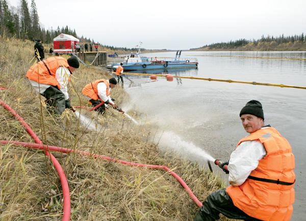Учения по ликвидации аварийных разливов нефти и нефтепродуктов на р. Колве