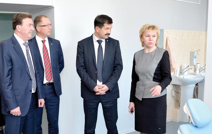 (слева направо) А. Лейфрид, М. Серов, С. Хахалкин и Н. Арнаутова в помещении новой стоматологии