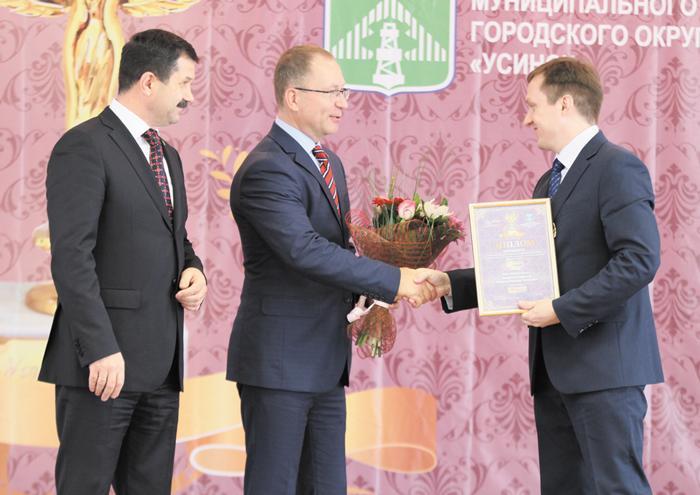 Ю. Лодыгин получает награду