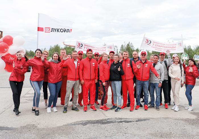 В усинском аэропорту спортсменов встречали коллеги с шарами и приветственными плакатами