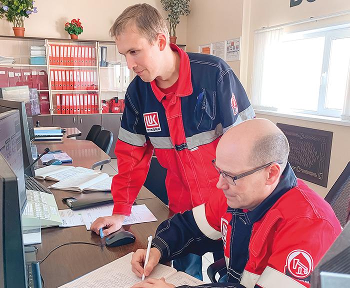 Начальник смены электростанции Евгений Краснов и машинист газотурбинной установки Андрей Оборин